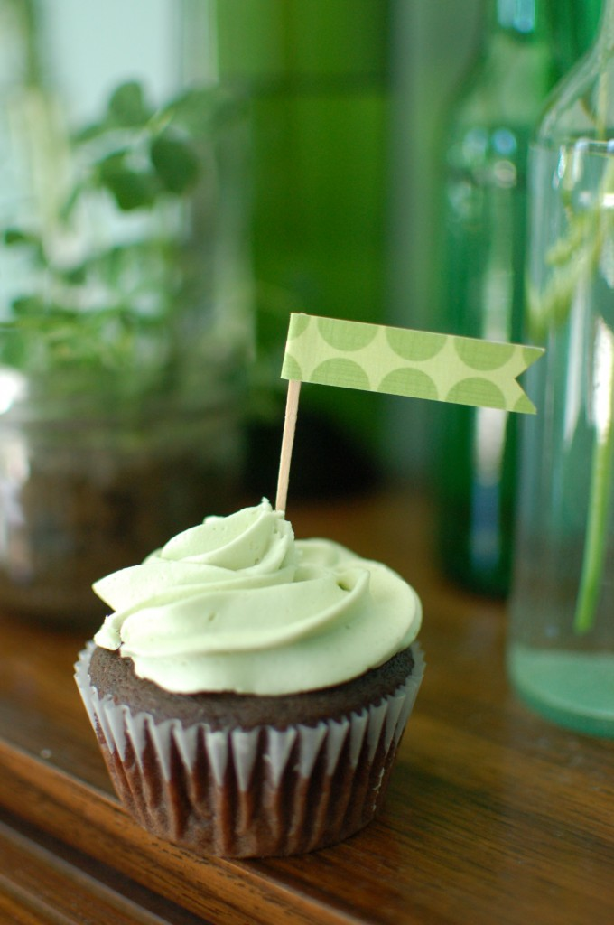 Green cupcake and clover